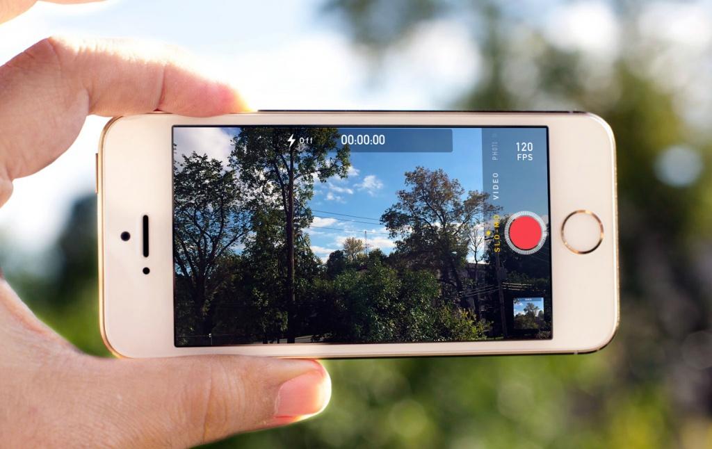 Айфон в режиме записи в руке