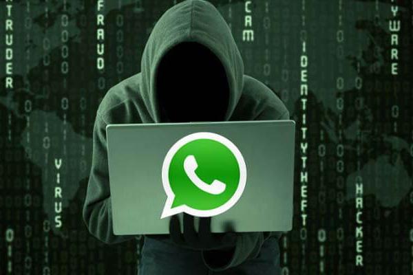 Хакер с ПК с логотипом WhatsApp на крышке