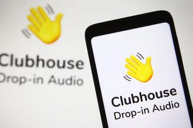 Смартфон с приветственной заставкой Clubhouse