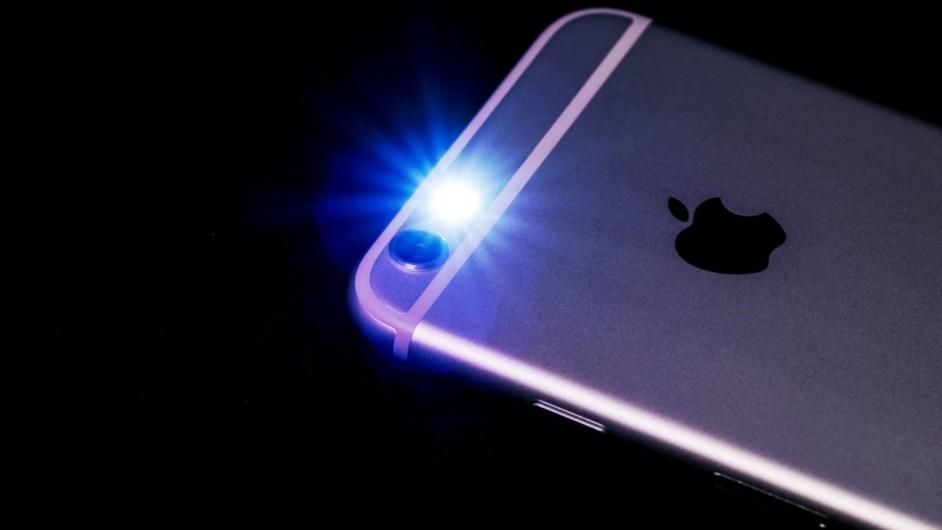 Горящий фонарик на смартфоне