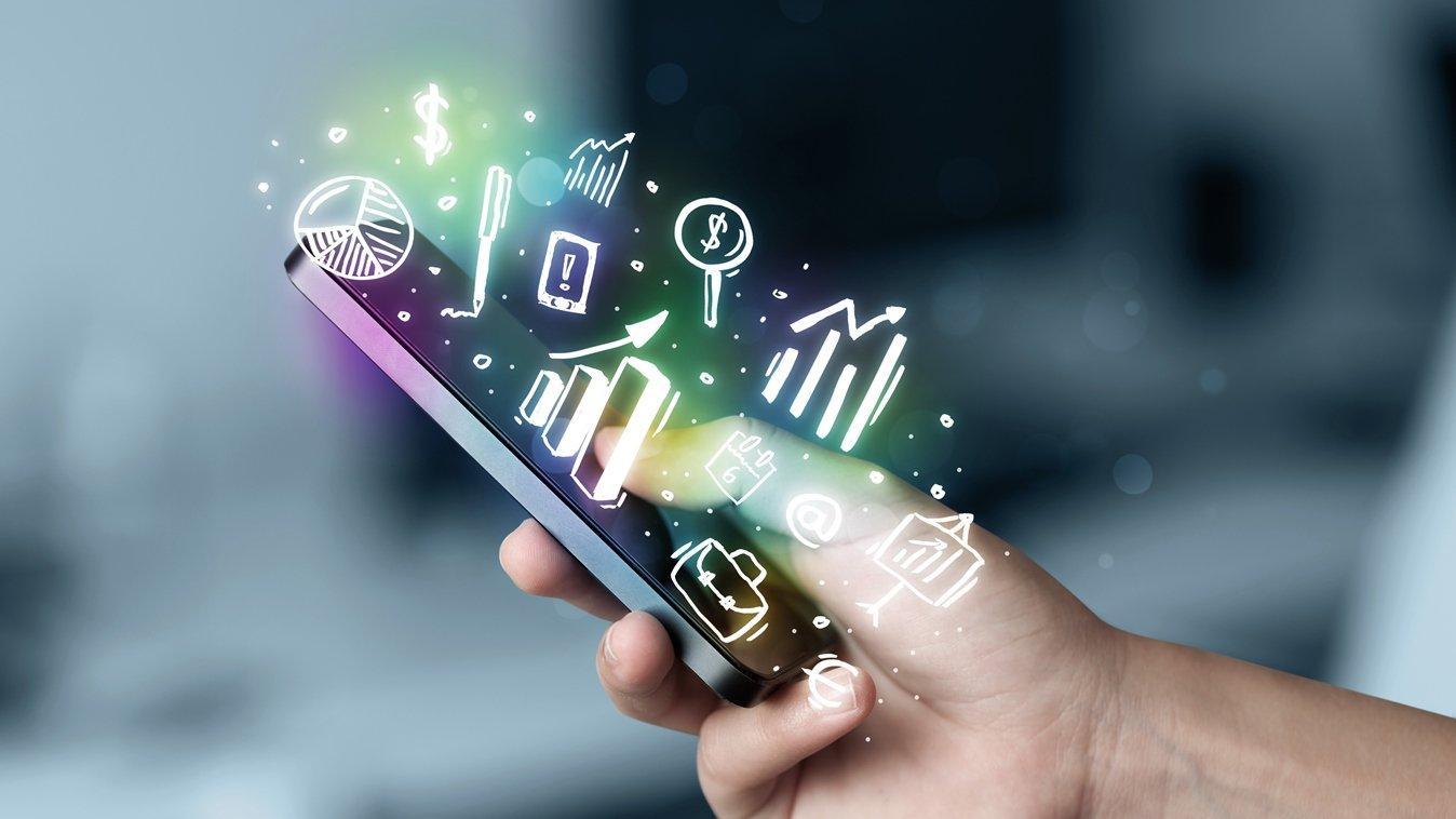 Смартфон в руке и нарисованные поверх значки приложений