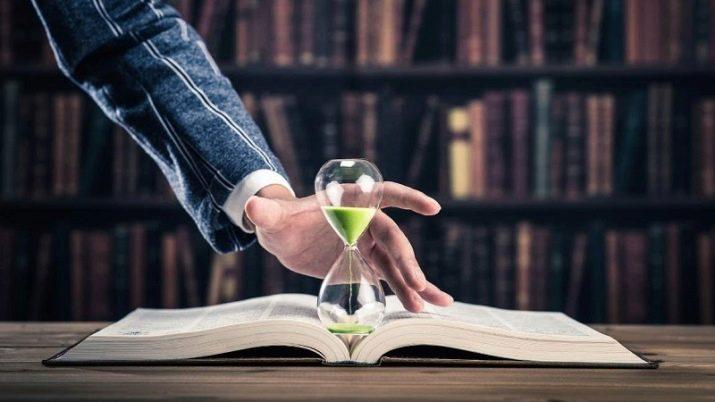 Песочные часы на раскрытой книге