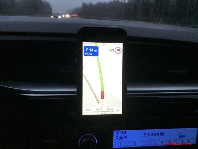 Яндекс.Навигатор в айфоне, закрепленном на автомобильном торпедо