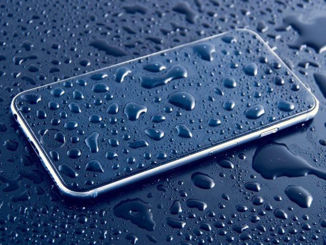 Телефон в каплях воды