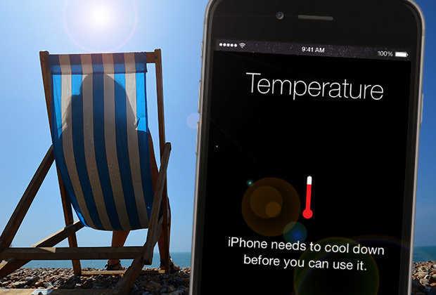 Температурная шкала на дисплее смартфона на фоне шезлонга