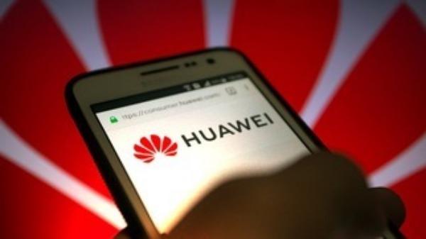 Смартфон Huawei в руках