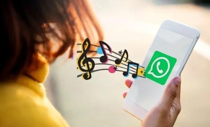 Музыка из смартфона с запущенным WhatsApp