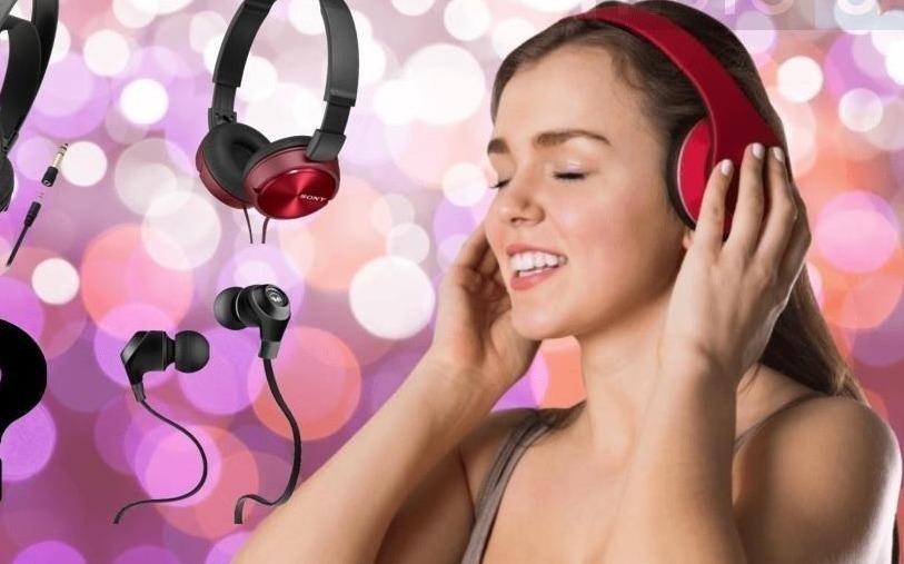Девушка слушает музыку в наушникх