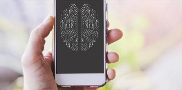 Мозг в виде платы на экране смартфона удерживаемого в руке