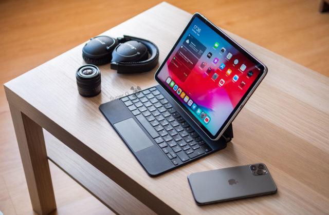 Умная клавиатура для iPad Pro и другие аксессуары на столе
