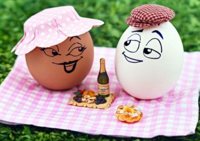 Шуточная композиция с куриными яйцами на природе