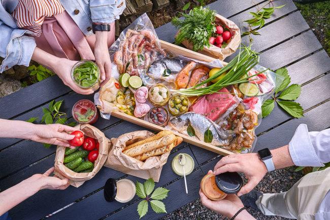 Столик с едой на природе