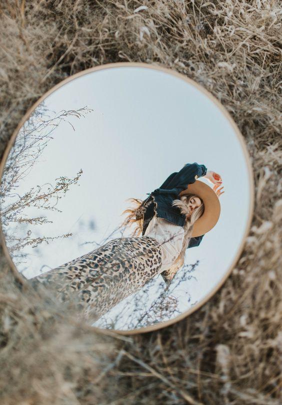 Девушка на природе в зеркальном отражении