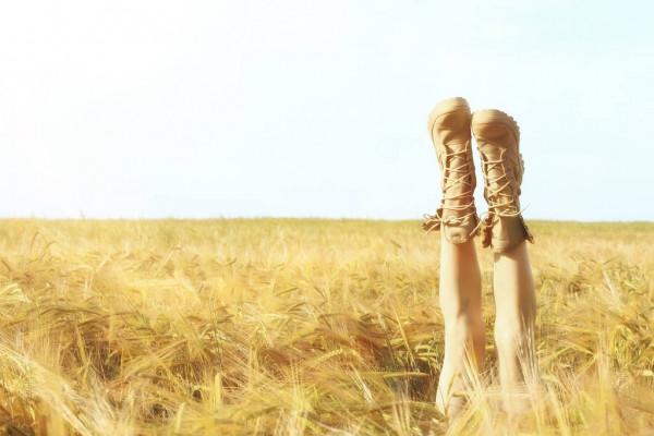 Ноги в ботинках, торчащие на пшеничным полем