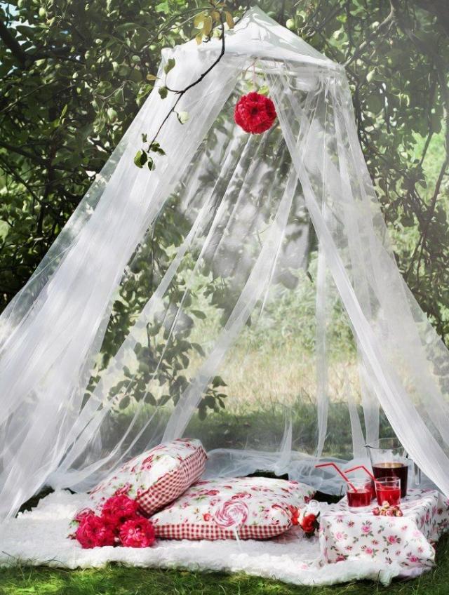 Балдахин с подушками и столиком на природе