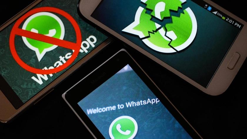 Смартфоны с логотипами WhatsApp на рабочем столе