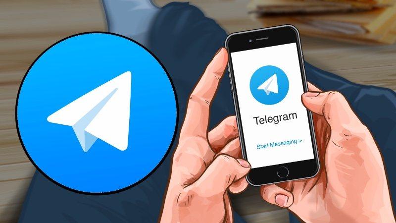 Смартфон с Telegram в руках