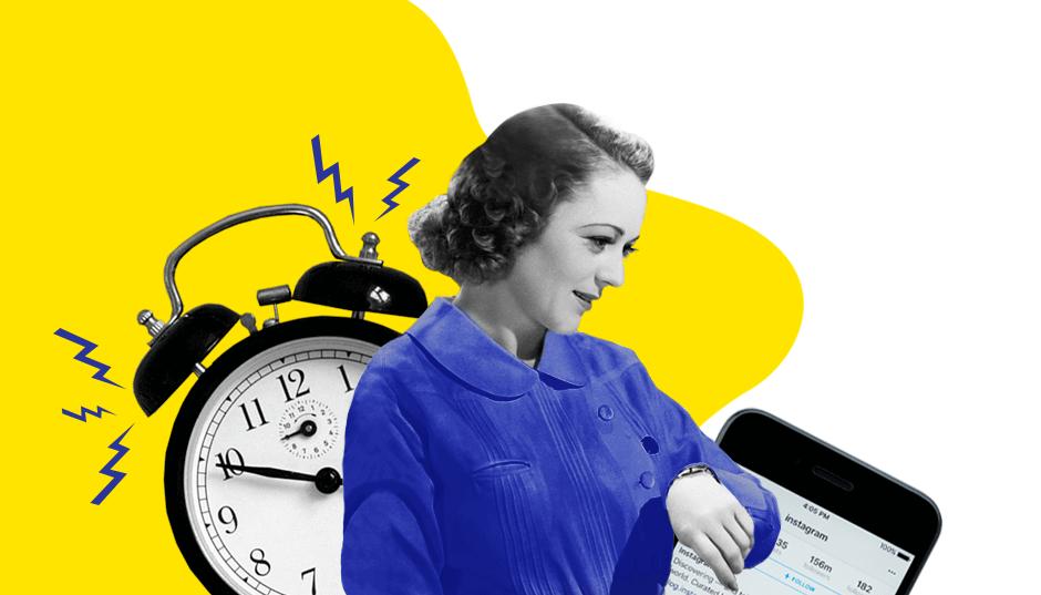 Будильник и женщина, которая смотрит на часы