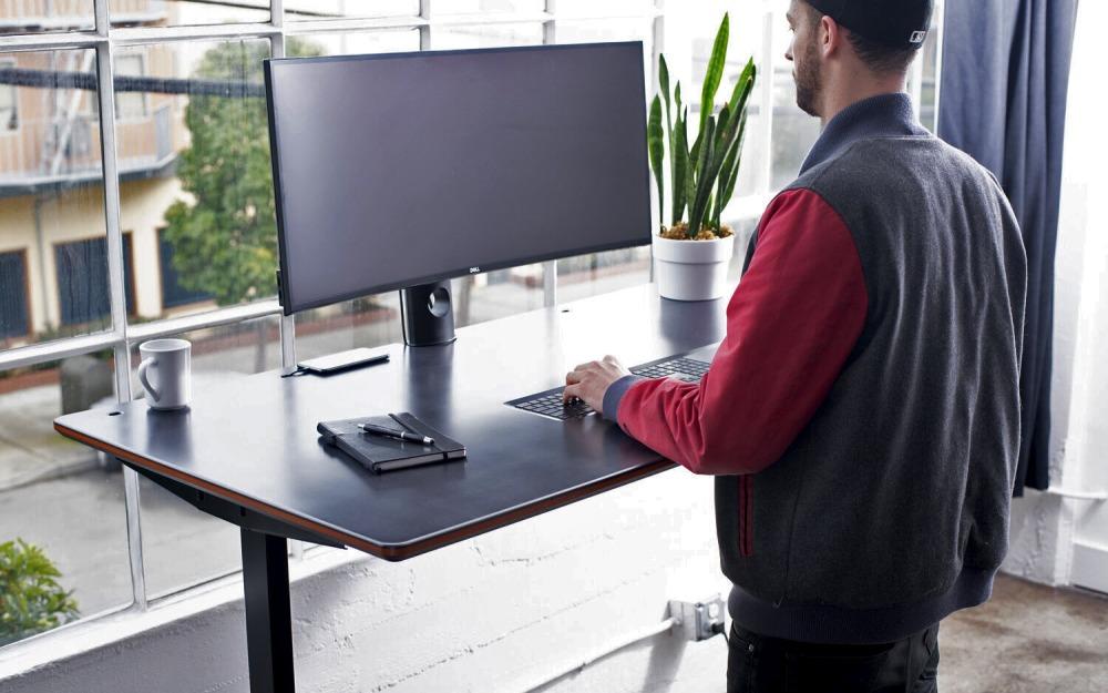 Человек перед компьютерным монитором