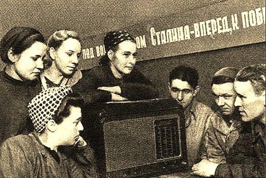Ретро-фото — советские граждане слушают радио