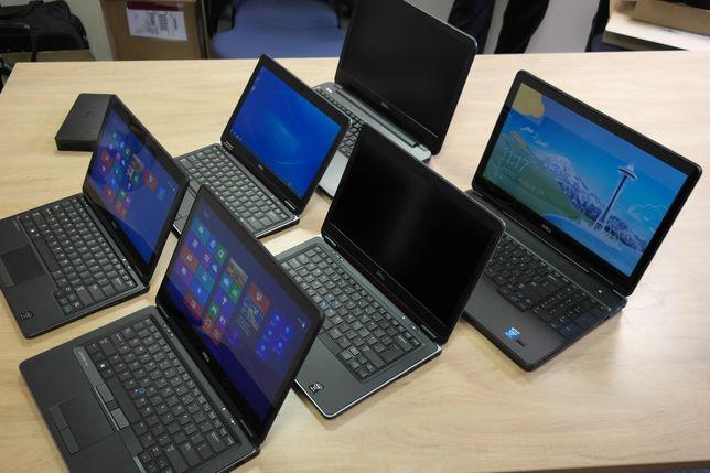Работающие ноутбуки на столе