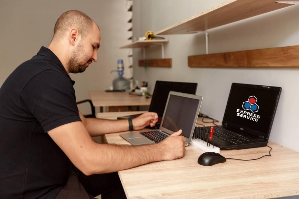 Мастер проверяет работоспособность ноутбука