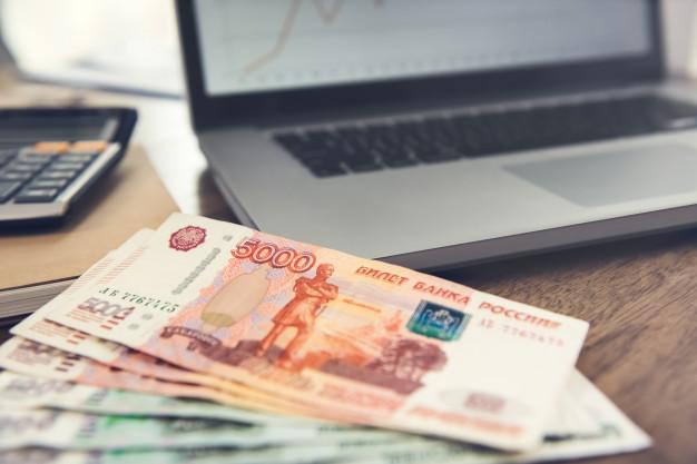 Рубли на фоне ноутбука