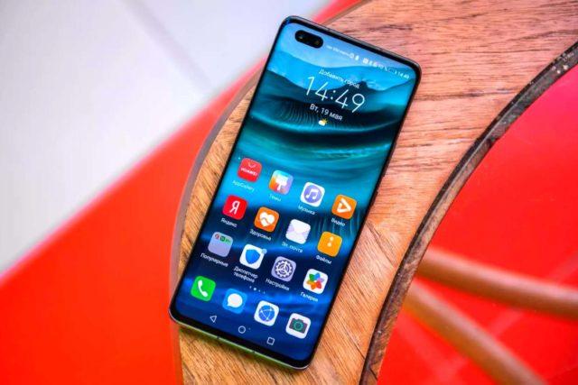 Смартфон а деревянном столике