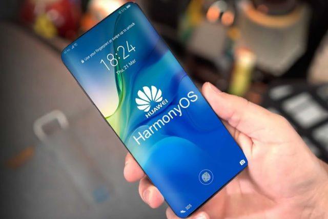 Смартфон Huawei с Harmomi OS на борту в руке