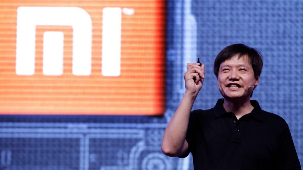 Лэй Цзюнь на фоне логотипа Xiaomi
