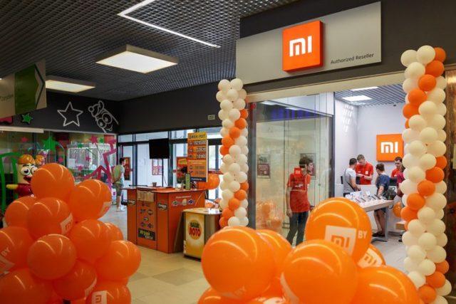 Вход в фирменный магазин Xiaomi, украшенный шариками