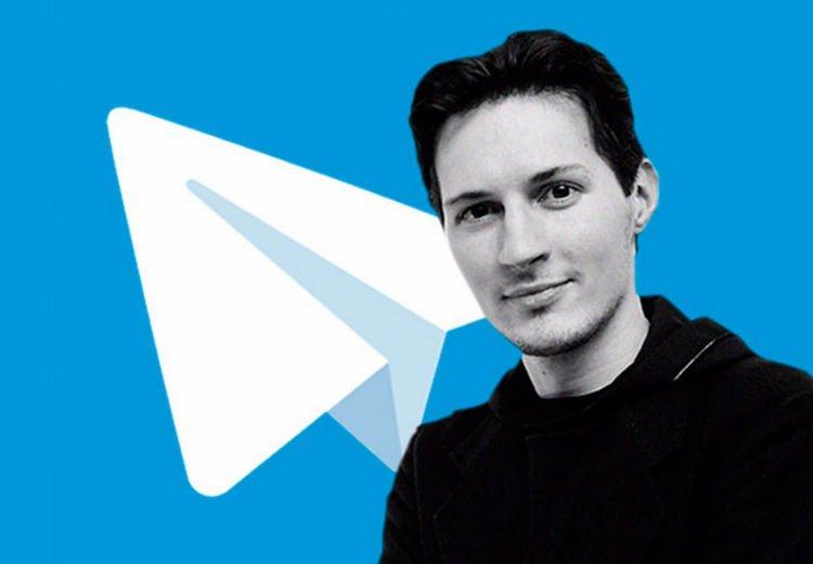 Дуров на фоне логотипа мессенджера Telegram