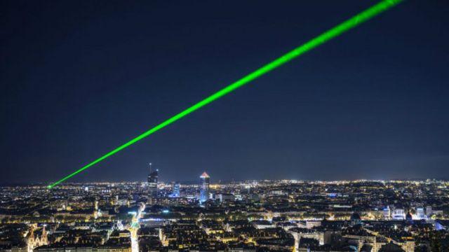 Лазерный луч в небе ночного города