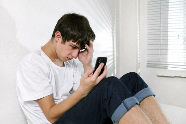 Расстроенный человек со смартфоном