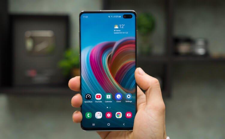 Смартфон Samsung в руке