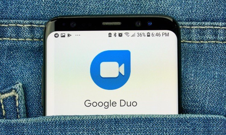 Смартфон с приложением Google Duo в кармане джинсов