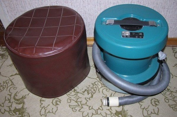 Советский пылесос и пуф с дерматиновой обтяжки