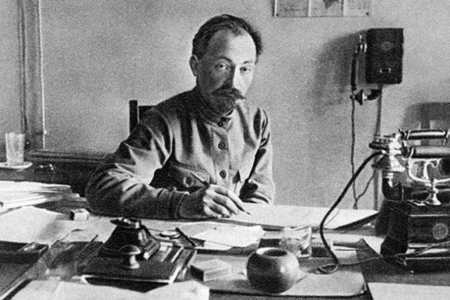 Феликс Дзержинский за рабочим столом