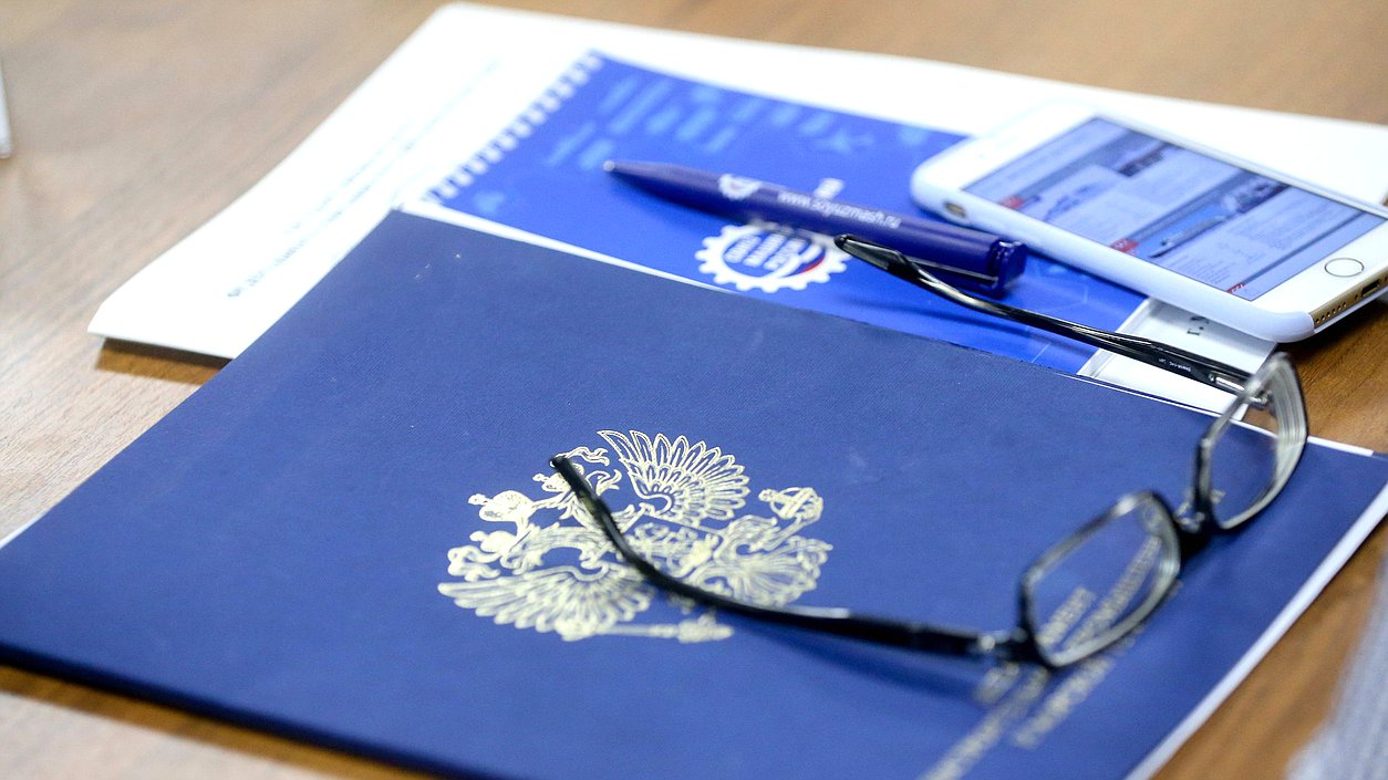 Документы, очки, ручка и телефон