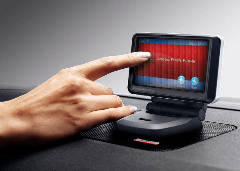 Adobe Flash Player на сенсорном экране и женский палец, кликающий по нему