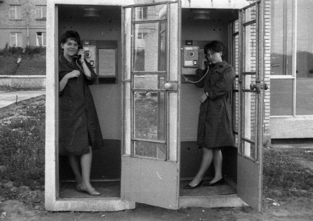 Советские девушки в открытых телефонных кабинках