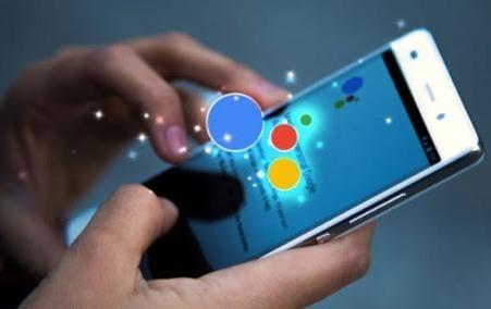 Смартфон в руках с кружочками цветов Google в руках
