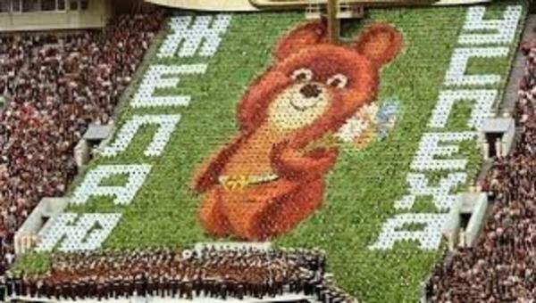 Олимпийский мишка на трибуне во время Олимпиады-80