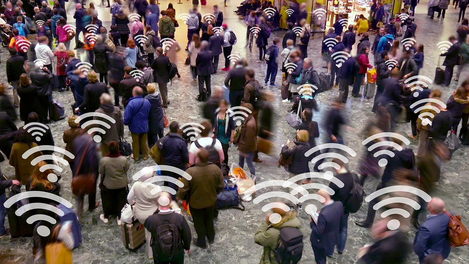 Толпа говорит по мобильному