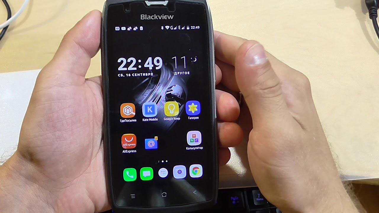 Смартфон в руках с приложениями на экране