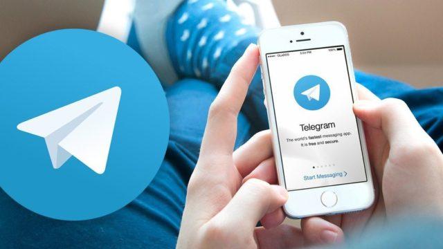 Telegram в смартфоне в женских руках