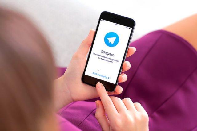 Telegram в iPhone в женских руках