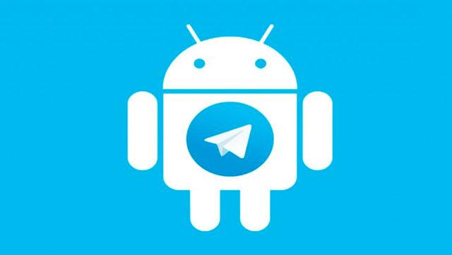 Android со значком Telegram на груди