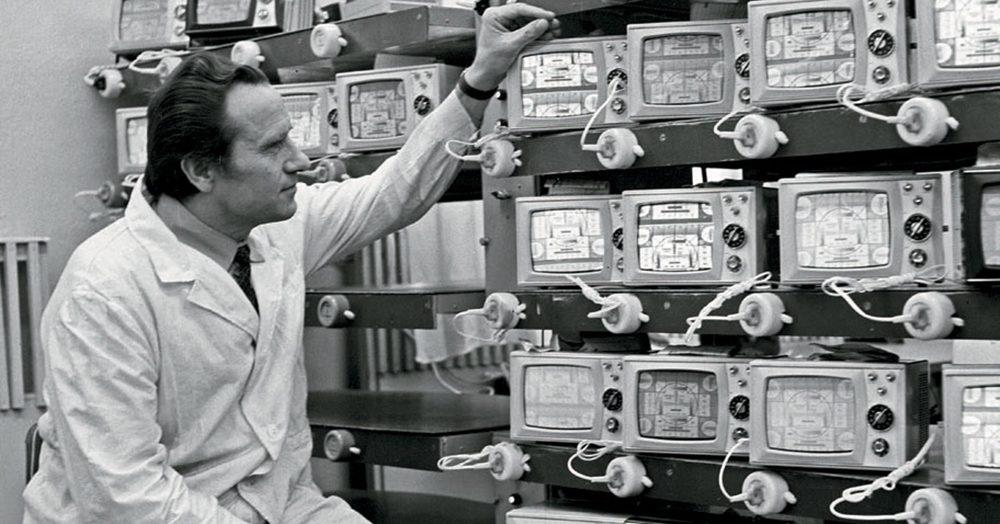 Советский радиоинженер на производстве