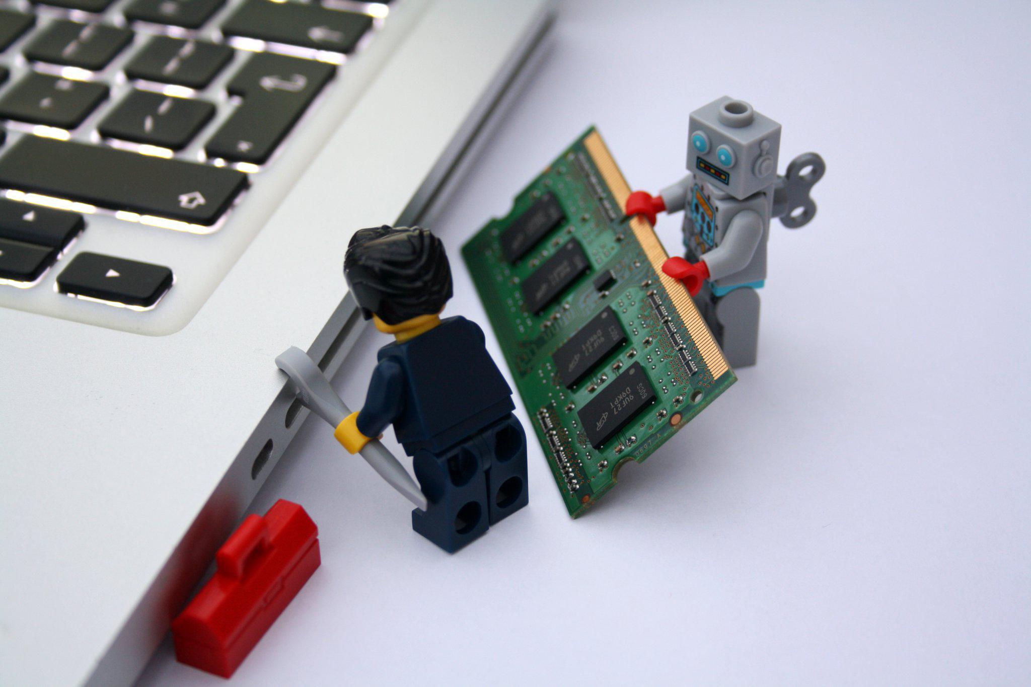 Человечки меняют плату в ноутбуке